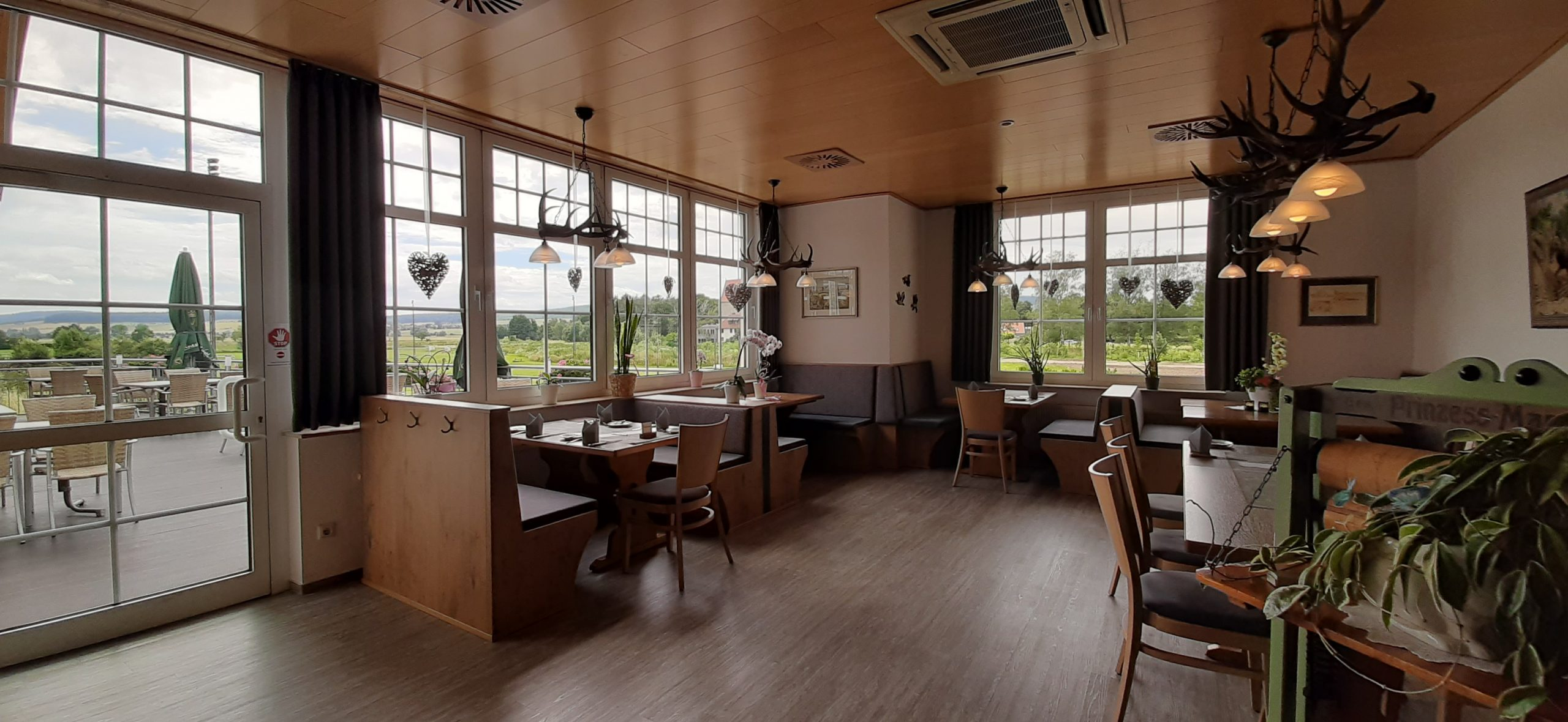 Restaurant mit Blick ins Gruene